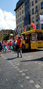 Keltainen bussi ja marssijoita.